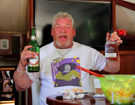Аренда яхты Фортуна для морского путешествия, этот дядя на фотке очень доволен)!