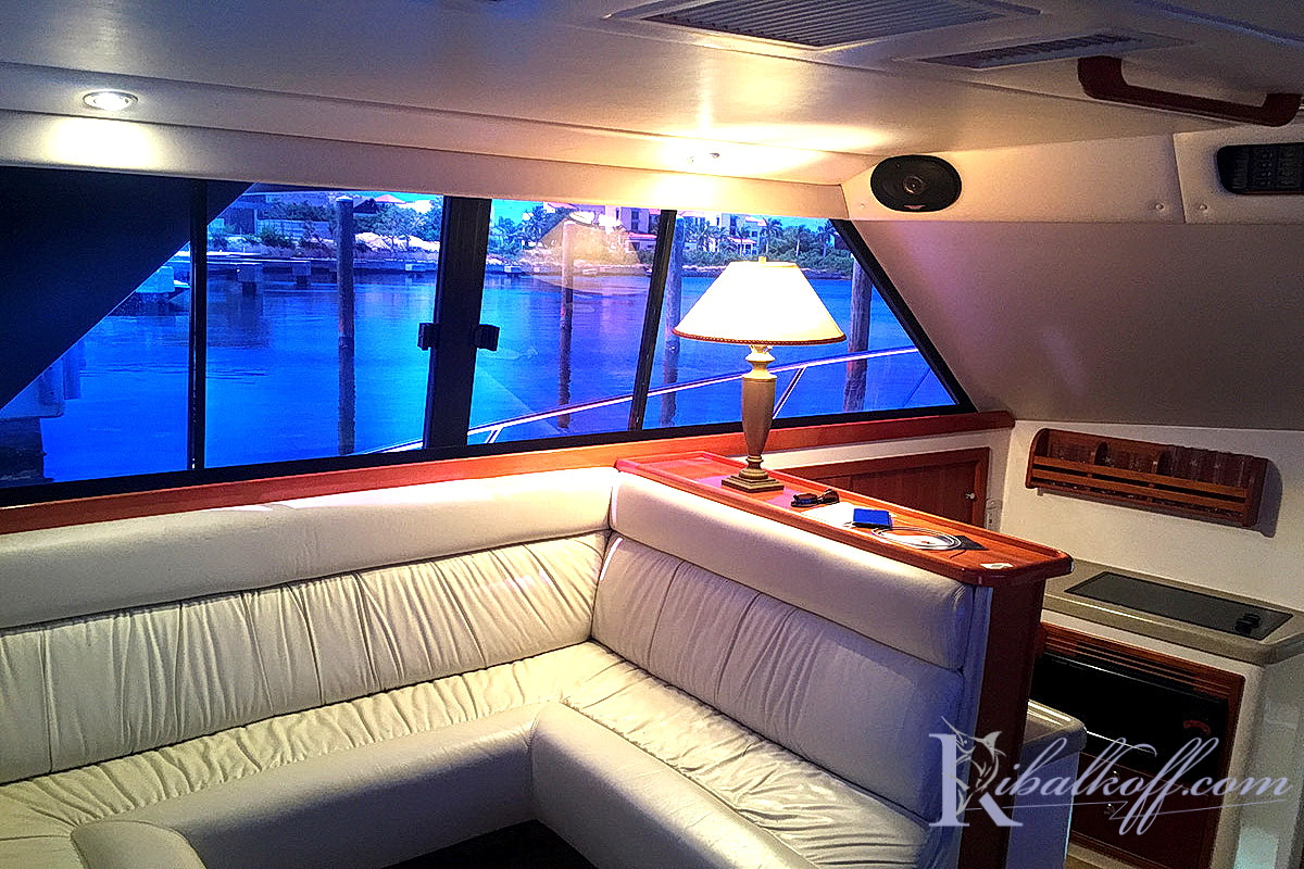 комфортная яхта для морской рыбалки салон внутри